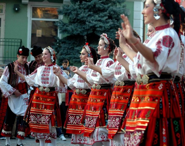 """Фолклорни групи от читалище """"Природа и знание"""" с концерт в културен дом """"Красно село"""""""