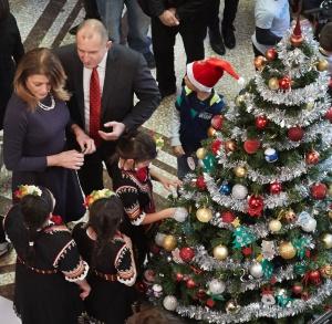 """Снимка: Президентът и деца на """"Българската Коледа"""" украсиха коледната елха"""