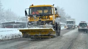 Екипите, ангажирани с почистването на снега в София продължават своята