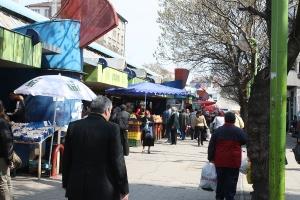 Зеленчукова продукция и месни изделия, предлагани на Женския пазар в