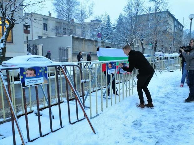 Младежите на ВМРО проведоха протестна акция пред френското посолство