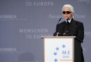 Почина известният моделиер Карл Лагерфелд, предаде РИА новости. Причината за