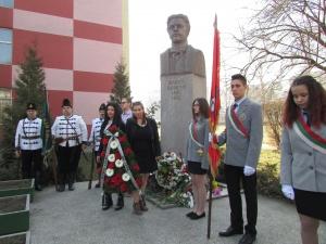 Венец и цветя поднесоха пред паметника на Васил Левски тази