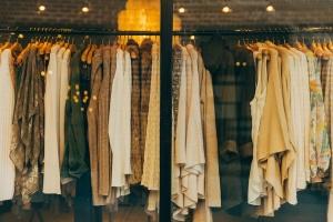 Опасни дрехи заливат пазарите ни. На митницата контролните органи редовно
