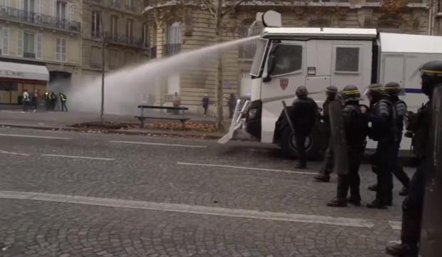 """Сблъсъци между полиция и """"жълти жилетки"""" в центъра на Париж"""