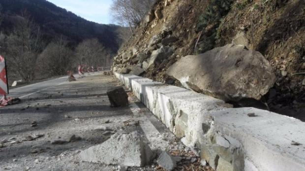 Свлачище блокира пътя за Рилския манастир