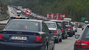 """Снимка: Колони от коли на магистрала """"Хемус"""" към София"""