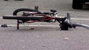 Възрастна велосипедистка загина на пътя, след като бе пометена от