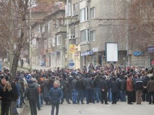 Протестиращите в Белград започнаха да правят жива верига около сградата