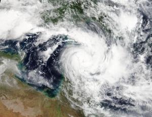 Австралия евакуира около 2000 душизаради приближаването на мощен циклон, който
