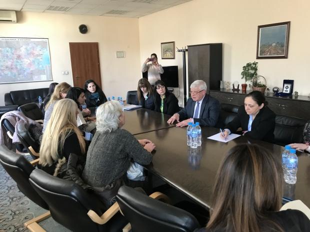 Министър Ананиев разговаря с протестиращите медицински сестри