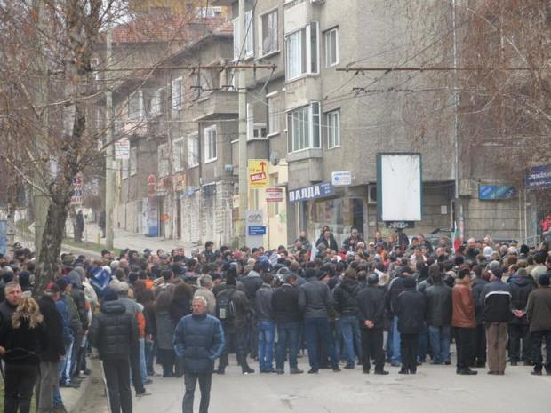 Протестиращи в Белград обградиха президентството, не дават на Вучич да излезе
