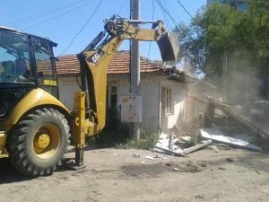 Снимка: Събарят къщите в Габрово, обитавани незаконно от роми