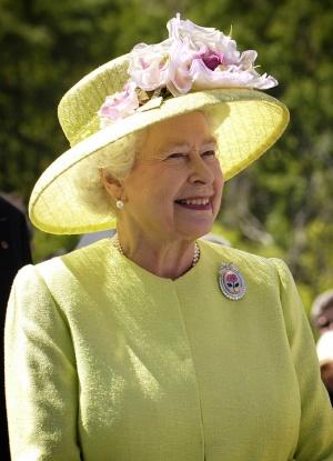 """Кралица Елизабет: Дълбоко съм натъжена от кадрите от пожара, обхванал """"Нотр Дам"""""""