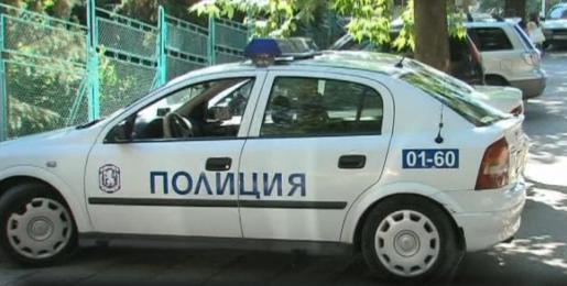 Джигит помете патрулка пред Централните гробища в София