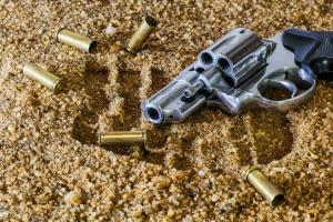 48-годишен мъж демонстративно размахвал пистолет в централната част на град