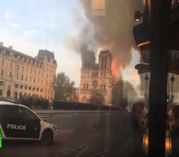 """""""Нотр Дам"""" в пламъци! Две от кулите са съсипани"""