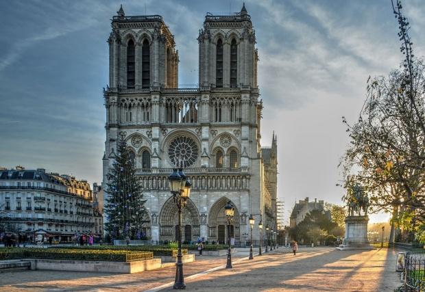 """Макрон се върна при горящата катедрала """"Нотр Дам"""" в Париж"""