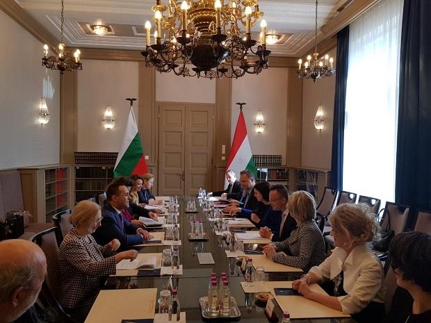 Министър Караниколов се срещна с министъра на външните работи и  търговията на Унгария Петер Сиярто