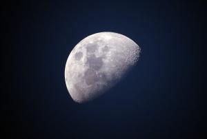 Луната се смалява, което предизвиква гънки на повърхността и трусове
