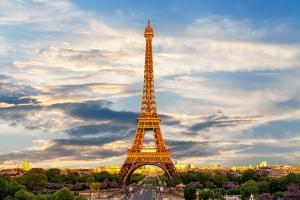 Айфеловата кула празнува 130-я си рожден ден като френската столица