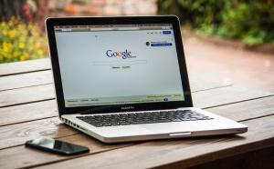"""По повод новината, разпространена от агенцияReuters,че""""Googleвременно преустановява бизнес отношенията си"""