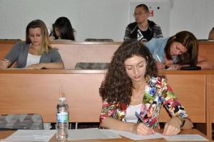 Зрелостничка от Езиковата гимназия в Благоевград беше уличена със слушалка