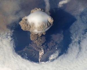 Вулканът Попокатепетъл в Мексико изхвърли стълб от пепел на височина