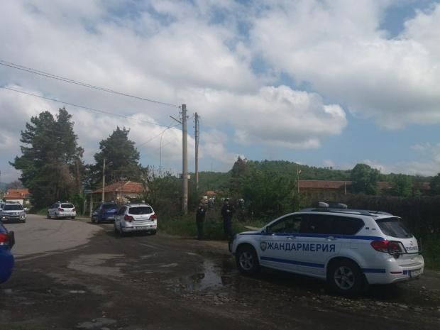 Костенец продължава да е под полицейска блокада