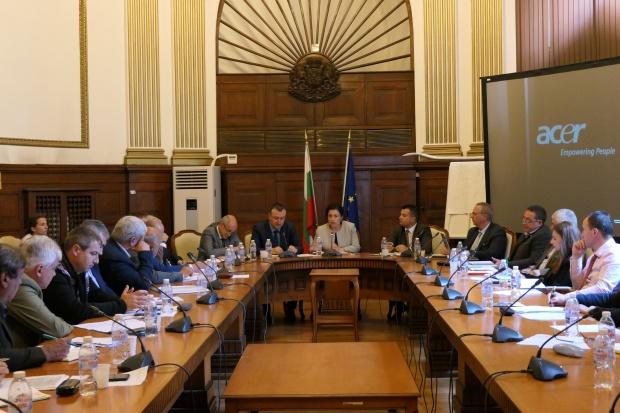 Министър Танева: Държавните горски предприятия да възстановят изкупването на малки поземлени имоти