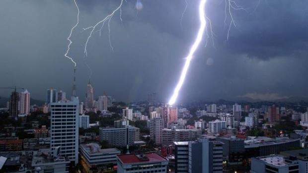 10 области с жълт код за проливни валежи и гръмотевични бури