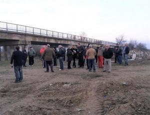 Протест в Костинброд. Местни жители са се събрали пред общината