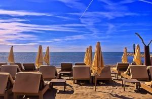 Една нощ в хотел в Черноморец излиза колкото 2 шезлонга