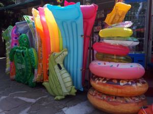 """Снимка: КЗП: """"Купувайте надуваеми предмети за плажа само от сигурни магазини"""""""