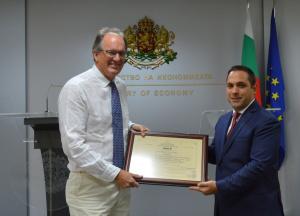 Министърът на икономиката Емил Караниколов връчи сертификат за инвестиция клас