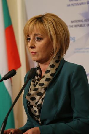 Снимка: Омбудсманът Мая Манолова внася в Народното събрание Закона за личния фалит