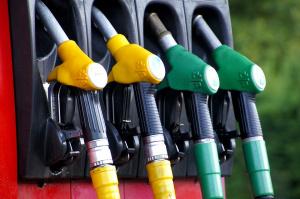 Повечето бензиностанции в страната, които трябваше да ползват електронната услуга