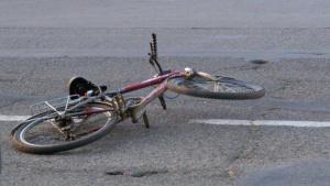 Микробус, шофиран от възрастна жена,е ударил велосипедистка в оживен участък