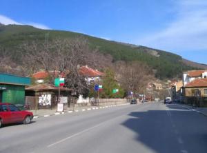 Възстановено е движението по главния път между Сливен и Ямбол,