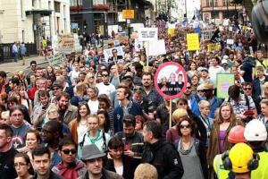 Решението на британския премиерБорис Джонсън да разпусне парламентапредизвика гневни улични