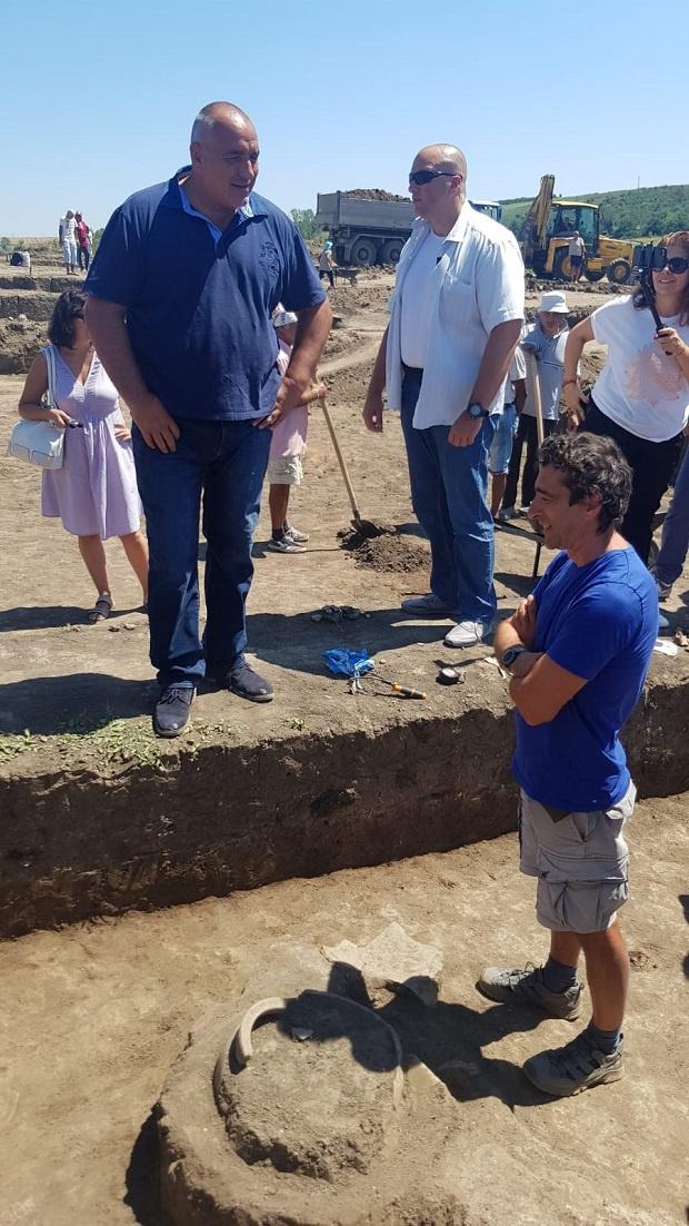 """Бойко Борисов инспектира строителните дейности по изграждането на автомагистрала """"Хемус"""""""