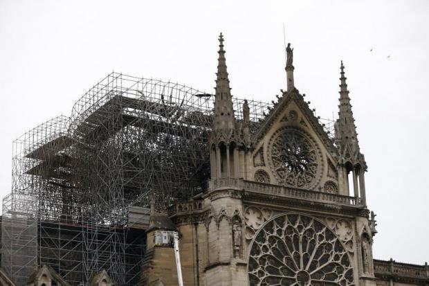 """Подновиха работата по укрепването на конструкцията опожарената катедрала """"Нотр Дам"""""""