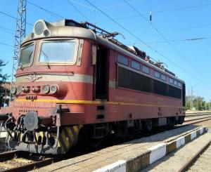 Снимка: Нощният бърз влак от Варна за Пловдив престоямежду Безмер-Кермен заради лек проблем