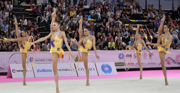 Злато за златните момичета на 3 обръча и 2 бухалки в Казан