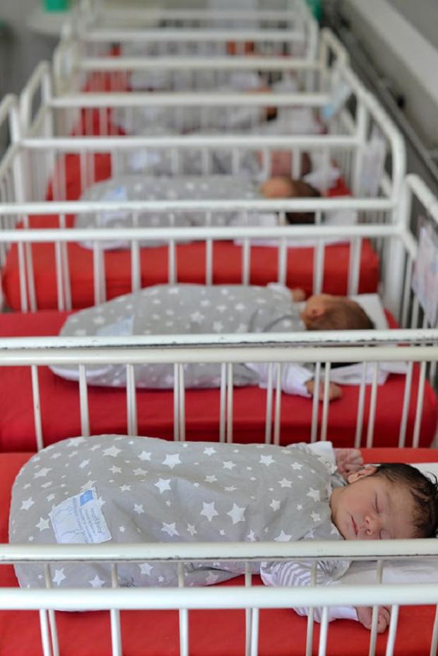 Мнозинството българи: Беднотията, а не абортите, за основна причина за демографската криза