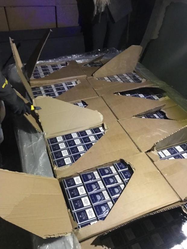 1140 кутии (22 800 къса) цигари задържаха митнически служители от