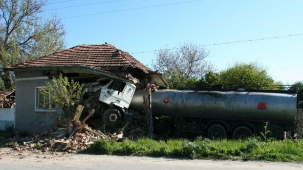 Цистерна се вряза в къща във врачанското село Борован. Тежкотоварният
