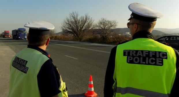 Снимка: Пътни полицаи в масова акция срещу нарушители през почивните дни