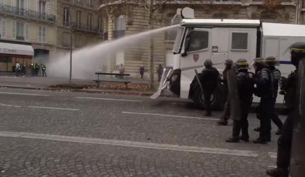 """Снимка: Парижките улици задръстени от полицаи заради нов протест на """"Жълтите жилетки"""""""