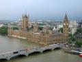 Британските депутати гледат сделката за Брекзит вече шести час